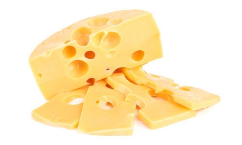 Ser żółty z dziurami pokrojony